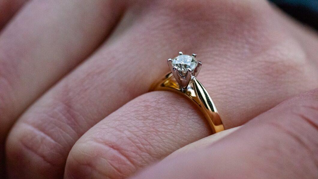 Topazy i tanzanity w pierścionkach zaręczynowych